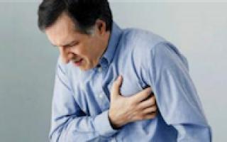 Hombre sufriendo ataque cardiaco