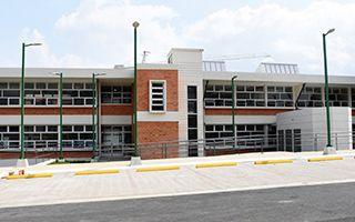 Edificio de dos niveles, con acabados en concreto y ladrillo.