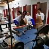 Estudiantes en uno de los laboratorios del curso Análisis de fallas en Materiales de Dispositivos Médicos