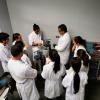 Prof. José Luis León impartiendo uno de los laboratorios del curso Análisis de fallas en Materiales de Dispositivos Médicos