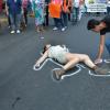 Una actriz pretende ser el cadáver de una mujer en al calle.