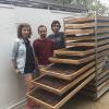 Pasantes españoles con muestra de cacao seco, de izquierda a derecha Irene Duque, Oihan Plá y Santiago Redín.