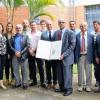 """Colaboradores del Doctorado en Ciencias Naturales para el Desarrollo (DOCINADE) y beneficiarios después de recibir el premio Energy Globe Award 2018, por el proyecto """"Aplicación de energía solar para la agricultura en Costa Rica""""."""