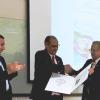 Entrega del premio Energy Globe Award 2019 por parte del señor Embajador Dr. Shyam Nandwani, al coordinador del proyecto Dr. Tomás Guzmán Hernandez, del DOCINADE