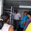 Dr. Tomás Guzmán Hernández explicando sobre los sistemas de secado a productores interesados.